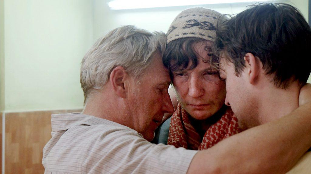 Das Wiedersehen: Endlich kann Stefan Schenk (Jörg Schüttauf, l) seinen Sohn Jakob (Leonard Carow, M) wieder in den Arm nehmen © WDR/zeroonefilm