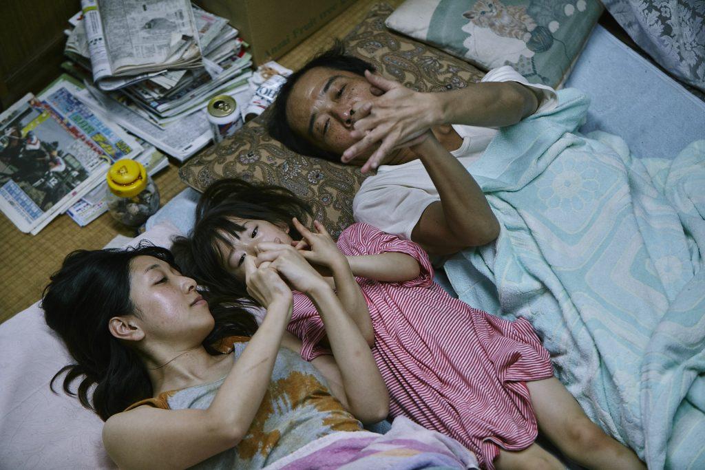 Wie eine «richtige» Familie: Nobuyo (Sakura Ando), Yuri (Miyu Sasaki), Osamu (Franky Lily, v.li.n.re.) © cineworx