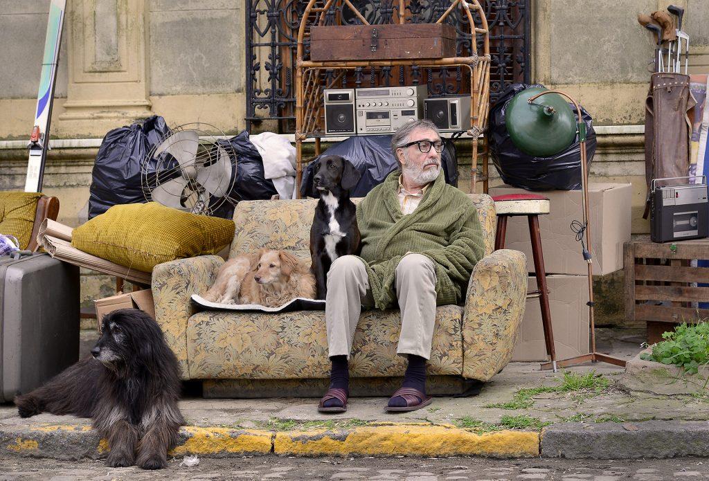 Der exzentrische Künstler Renzo Nervi (Luis Brandoni) wurde wegen Mietschulden auf die Strasse gestellt © Xenix Filmdistribution GmbH