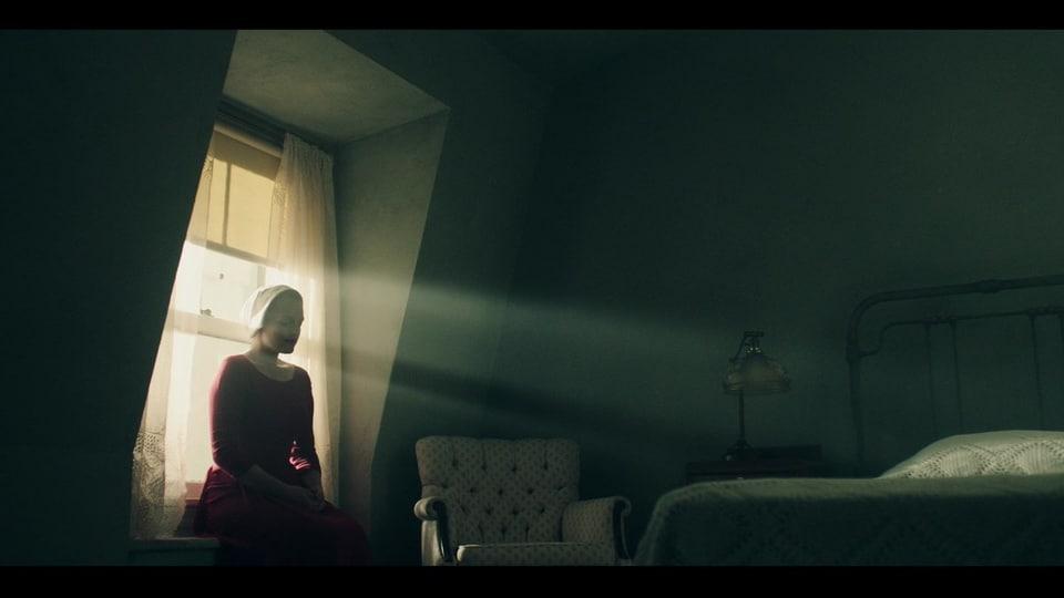 June (Elisabeth Moss) alleine in ihrem Zimmer im Haus des Kommandant Fred Waterford. Filmbild aus «A Handmaid's Tale» © Hulu
