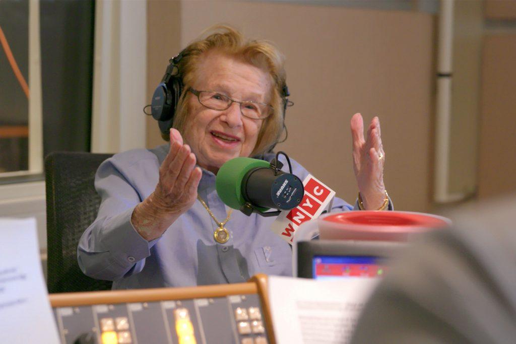 Dr. Ruth Westheimer im Radiostudio in Action © Filmcoopi Zürich