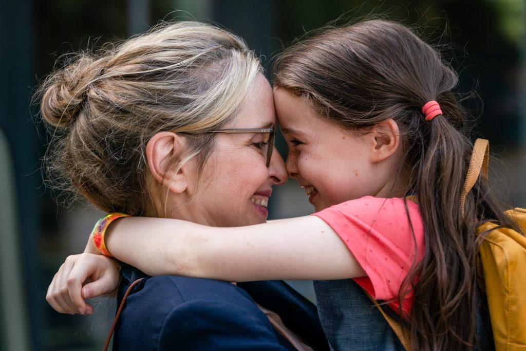 Mutter Isabelle (Julie Delpy) und ihre kleine Tochter Zoe (Sophia Ally) © Warner Bros.