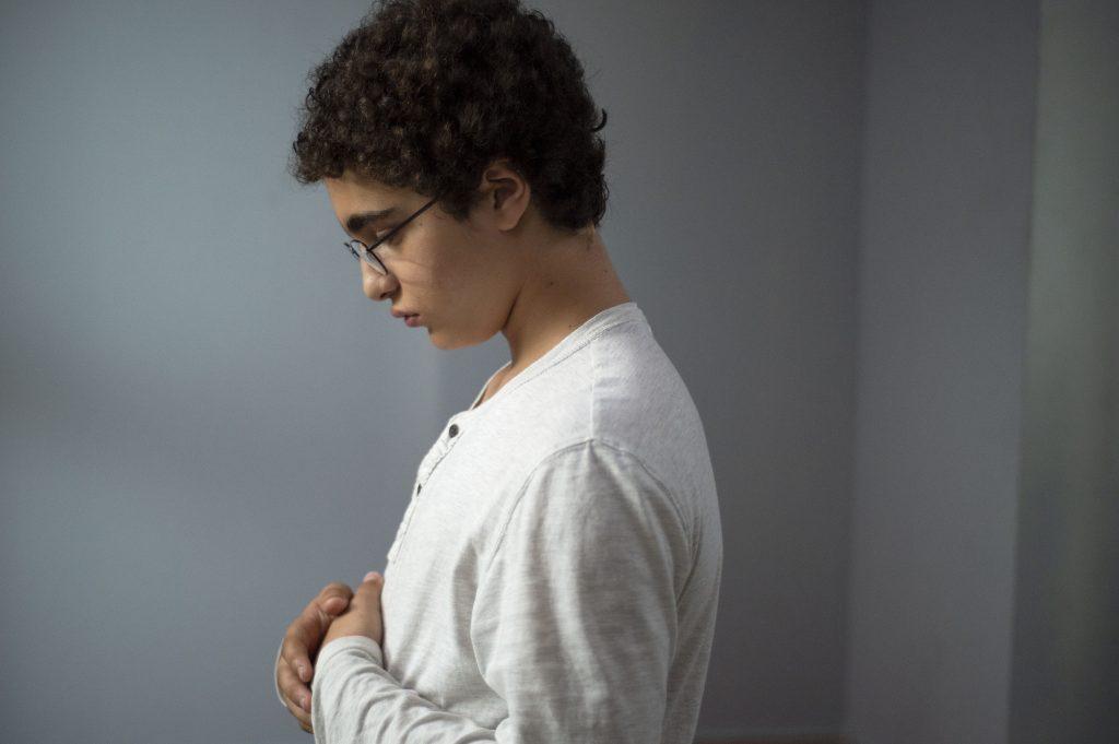 Ahmed (Idir Ben Addi) versunken im Gebet. Filmbild aus «Le Jeune Ahmed» © Xenix Filmdistribution GmbH