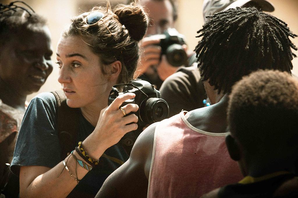 Camille (Nina Meurisse) ist mit Herz und Kamera mittendrin © trigon-film