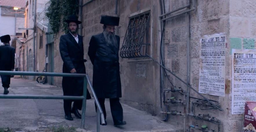 Akiva (Michael Aloni) mit Shulem (Doval'e Glickmann) auf dem Weg zur Synagoge. Filmstill aus «Shtisel» © yes Oh