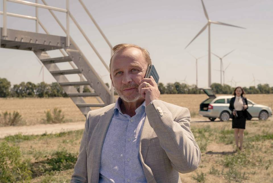 Der bayerische Spekulant Meiler (Alexander Held) will im brandenburgischen Unterleuten in einen Windpark investieren © ZDF