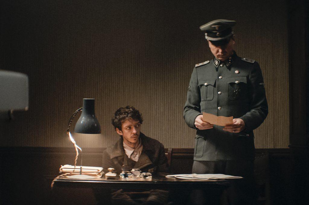 Der falsche Perser Reza (Nahuel Pérez Biscayart) und Hauptsturmführer Koch (Lars Eidinger) beim Farsi-Unterricht im KZ © Frenetic Films