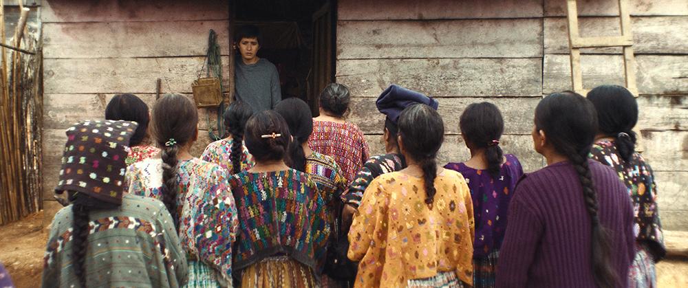 Die indigenen Bewohnerinnen des Dorfes wollen beim forensischen Anthropologen Ernesto (Armando Espitita) Zeugnis über die Kriegsgräuel, die sie durchlebt haben, ablegen © trigon-film.org