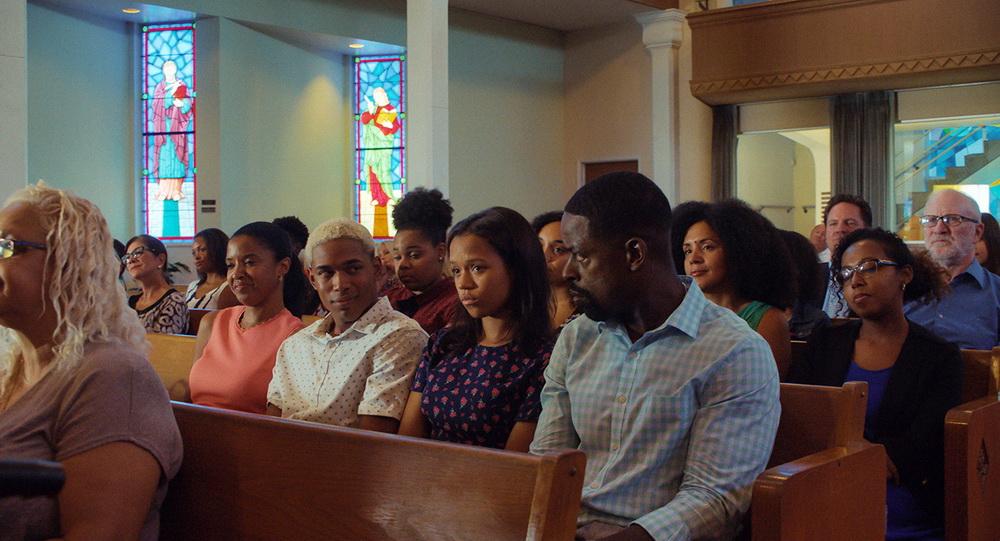 Familie Williams in der Kirche: Sohn Tyler (Kelvin Harrison Jr.) und Vater Ronald (Sterling K. Brown, re.) wechseln einen verschwörerischen Blick © Universal Pictures International