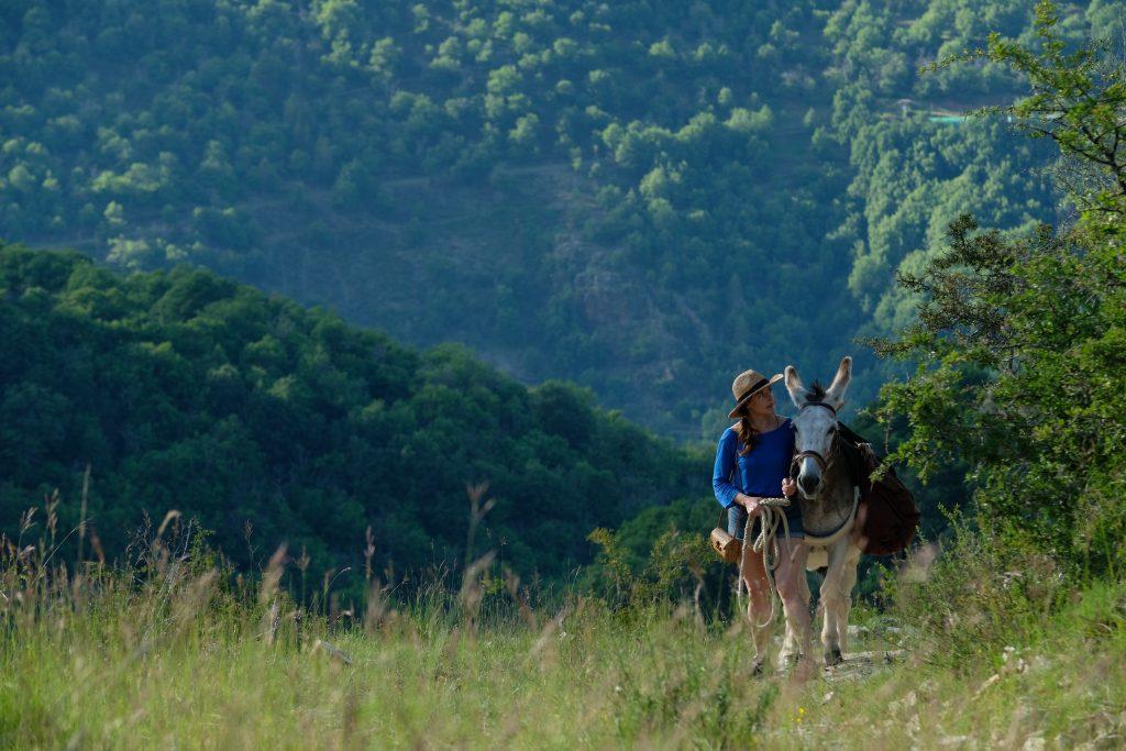 Antoinette (Laure Calamy) mit Esel Patrick unterwegs in den Cévennen © Frenetic