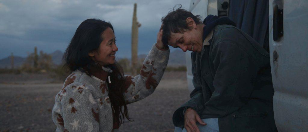 Regisseurin Chloé Zhao and Frances McDormand auf dem Set von «Nomadland» © Joshua James Richards 2020 20th Century Studios All Rights Reserved