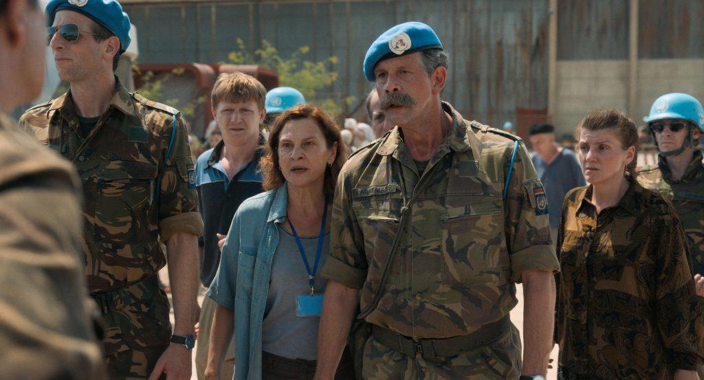 Aida (Jasna Ðuricic) und Kommandant Karremans (Johan Heldenbergh) sehen die tausenden von Flüchtenden vor dem UN-Camp © cineworx.ch